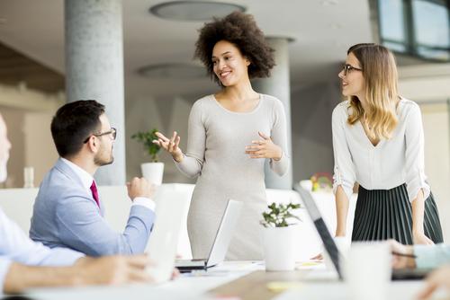 会議で、人の意見について発言、コメントをする
