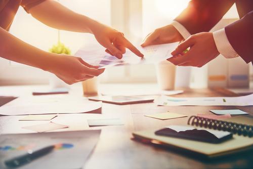 プロジェクトの経費拡大や工期遅れについて説明する際の英語例文